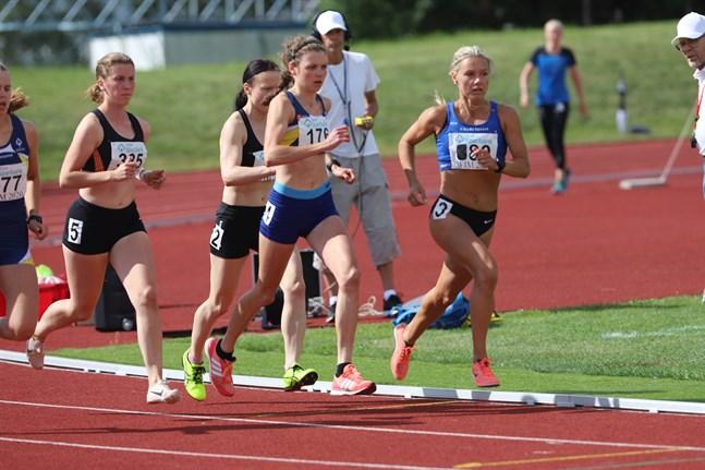Startskottet har gått på damernas 1500 meter. Nina Chydenius (till höger) tog hand om ledningen direkt och höll den in i mål.
