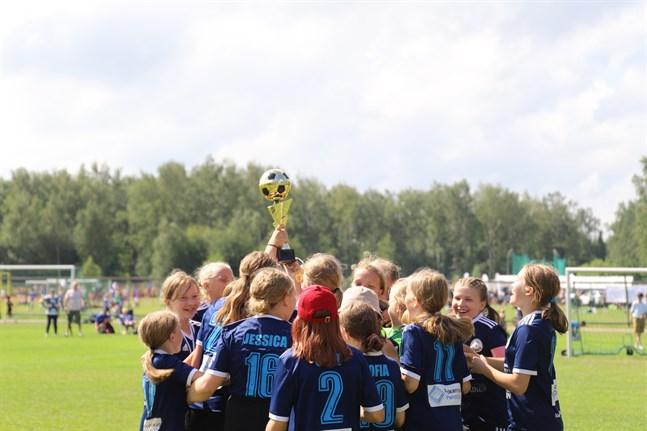 FC Nokias 09-födda flickor firar finalsegern.