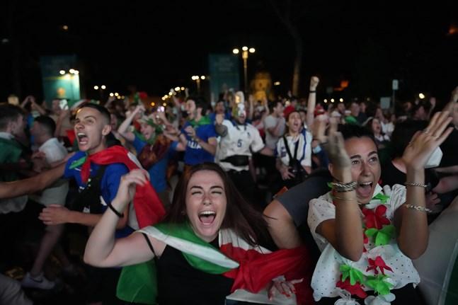Italienska fotbollssupportrar firar i Rom.