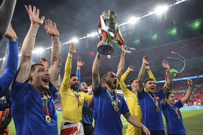 Leonardo Bonucci med EM-pokalen firar guldet med det italienska landslaget.