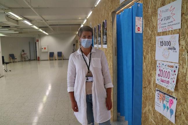 Ansvariga sköterskan Petra Koski hoppas att fler ska boka vaccinering nu när det finns gott om tider. På väggen syns milstolparna i vaccineringen, vid midsommar hade 25 000 personer fått vaccin.