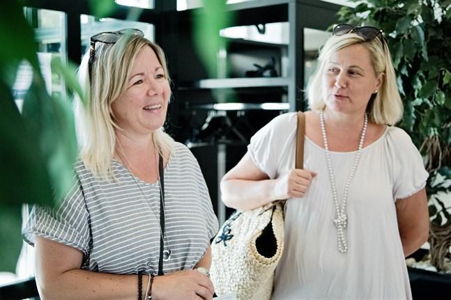 Johanna Alakomi och Milla Järvinen har sammanstrålat med sina familjer i Jakobstad. De är vänner sedan långt tillbaka.