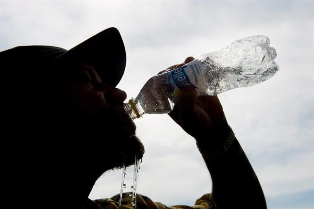 Det är viktigt att dricka tillräckligt med vatten i sommarhettan. Man ska dricka redan innan törsten gör sig påmind.