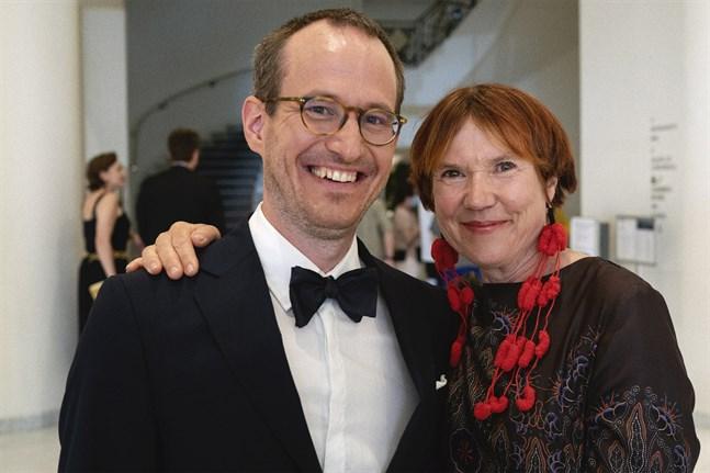 Regissören Juho Kuosmanen vann Grand Prix-priset för filmen Kupé 6 (Hytti nro 6) i Cannes. Här tillsammans med  Rosa Liksom som skrivit boken som inspirerat filmen.