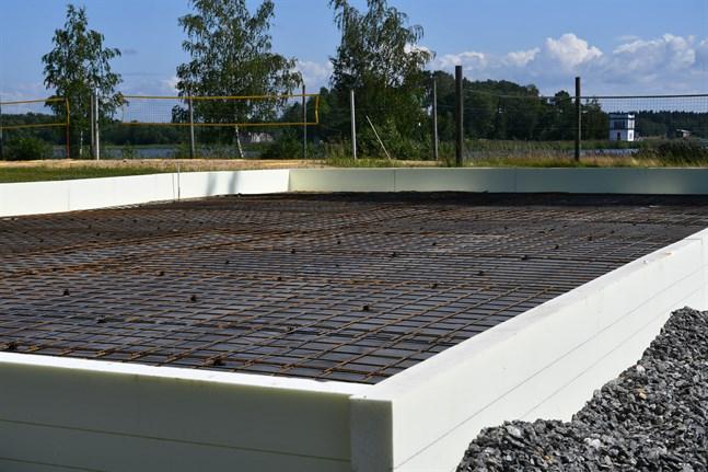 Bygget av Kristinestads första padelplan är försenat på grund av leverenasproblem, men ännu i juli ska den populära racketsporten spelas söder om Bockholmens camping.