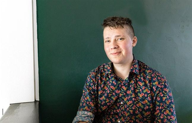 Även om Elias Åsvik hoppas att han kan vara en förebild för andra unga i liknande situation, vill han främst visa att han är en av många bisexuella i Österbotten.