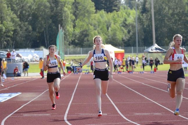 Julia Groop, IF Kraft (180), löper här i mål på 100 meter. Hon var en av många juniorer som deltog i flera grenar under veckoslutet.