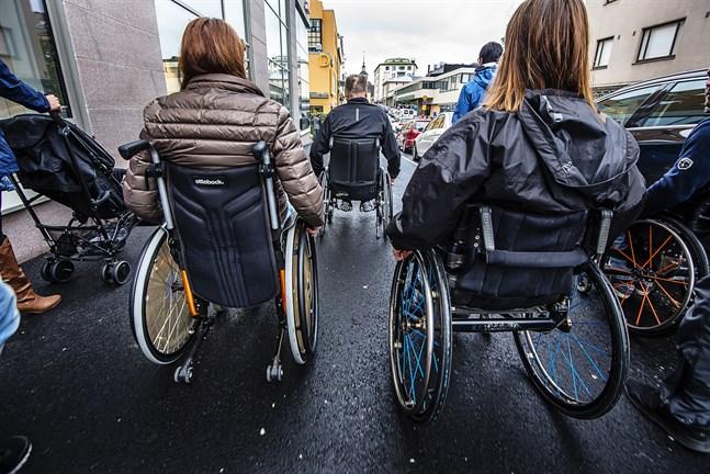 Man borde inte ha ändrat på ett fungerande system, skriver Maj-Len Sjöberg om färdtjänsten i Korsholm. På bilden från 2017 testar Jakobstadsborna framkomligheten i staden med rullstol.