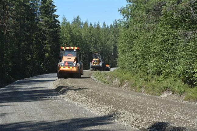 Nästa vecka hoppas vägarbetarna kunna påbörja asfalteringen av vägen mellan Övermark och Korsnäs. Två, tre veckor senare ska det vara klart.