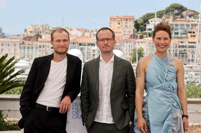 """Regissören Juho Kuosmanen, i mitten, i Cannes tillsammans med huvudrollsinnehavarna i filmen """"Hytt nr 6"""": den ryska skådespelaren Juri Borisov och den finländska skådespelaren Seidi Haarla."""