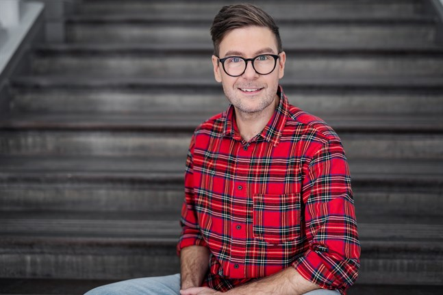 Thomas Lundin är en finlandssvensk sångare, scenartist och programledare på tv.
