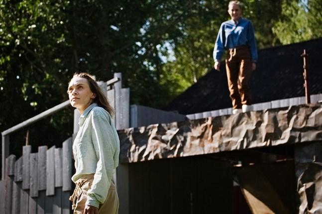 Lillebror Skorpan spelas av Natalie Riska och storebror Jonatan av Cajsa Östman. De studerar båda till scenkonstpedagoger vid Novia.