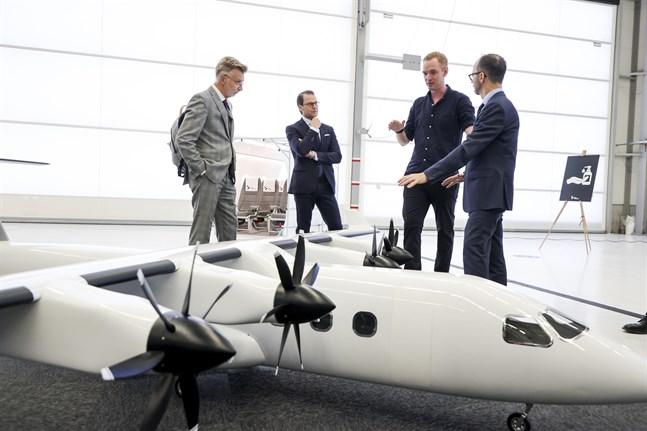 Infrastrukturminister Tomas Eneroth (S) tillsammans med Anders Forslund, vd för elflygplanstillverkaren Heart Aerospace samt prins Daniel. Arkivbild.