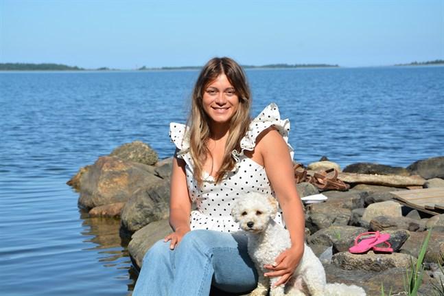 Katja Luján Engelholm är proffsdansare och har medverkat i två säsonger av det svenska tv-programmet Let's dance. Här är hon tillsammans med sin hund Secco.