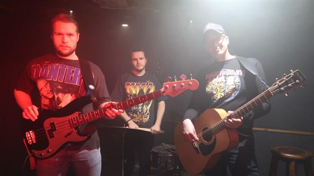 Hevibilly består av, från vänster i bild, Mats Ödahl (bas, sång), Victor Nyblom (trummor, sång) och Johan Engström (sång, gitarr).