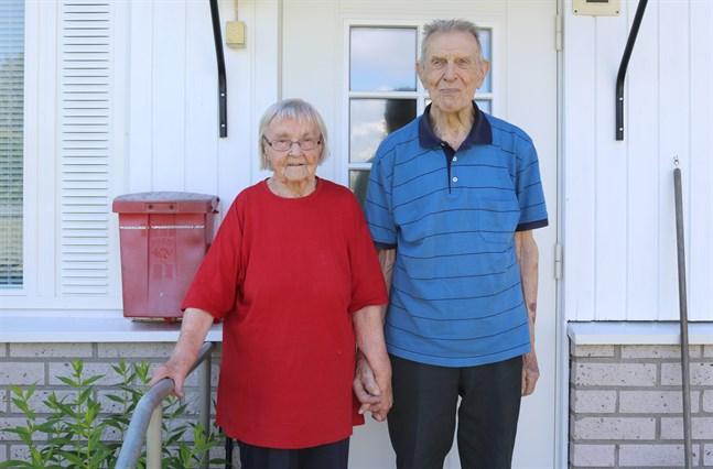 Anni och Evert Stolpe har varit gifta i 80 år. När de kommunicerar med varandra talar hon finska och han svenska.