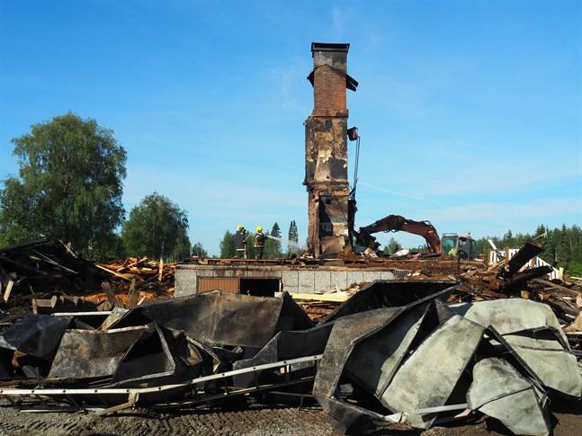 Endast skorstenen och källaren finns kvar efter nattens husbrand i Nedervetil.