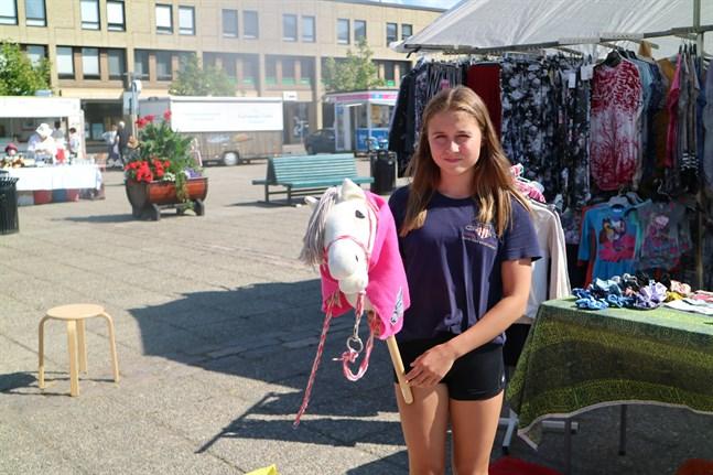 Ellen Ala-Hiiro från Lappo sålde bland annat käpphästar på kvällstorget.