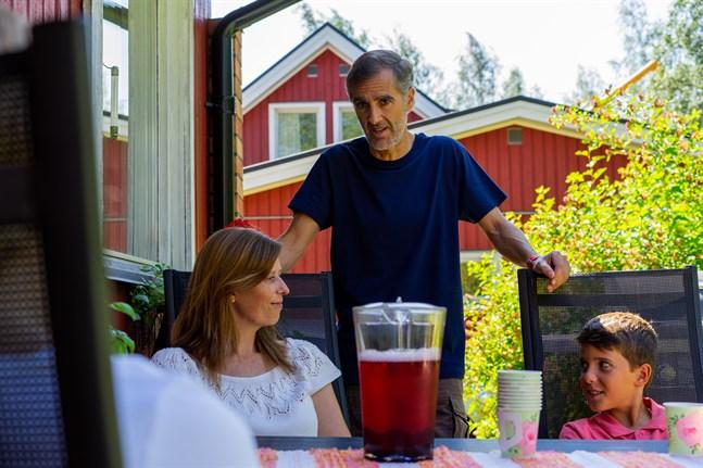 Bettina Sundberg, Pablo Ruiz och barnen Lucas och Adrian spenderar semestern i Bosund. I fjol blev det ingen resa.