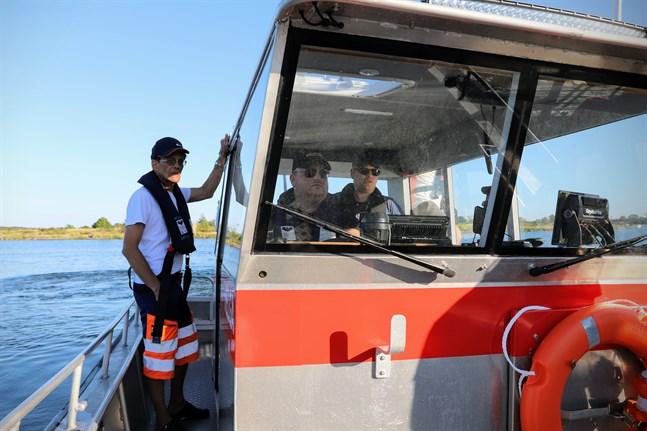 Jan-Erik Östergård, Patrick Söderholm, Tom Wargh och de andra i Bergö frivilliga brandkår övar med Helga tills de är redo att använda den nya båten vid larm.