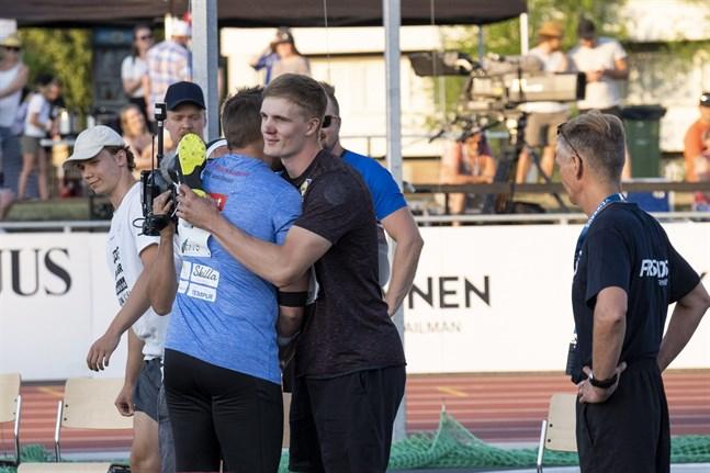 Antti Ruuskanen gratulerar Oliver Helander till segern i GP-tävlingen.