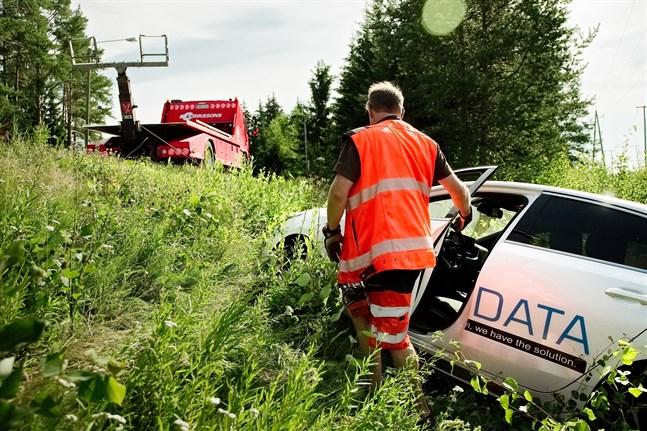 Bilen hamnade i diket och måste hämtas av bärgningsbil.
