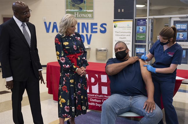 Presidentfrun Jill Biden och senator Raphael Warnock besöker en vaccinationsmottagning i Savannah, Georgia, den 8 juli. Vaccinskepsis är ett utbrett problem i den amerikanska södern.