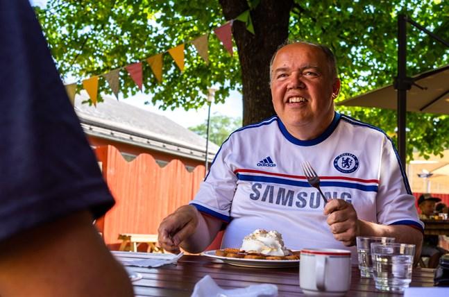 Roy Frilund valde själv platsen för intervjun och det blev inte helt oväntat ett ställe som har någonting sött på menyn. Våffelcaféet i Karleby gjorde varken födelsedagsbarnet eller redaktören besviken.