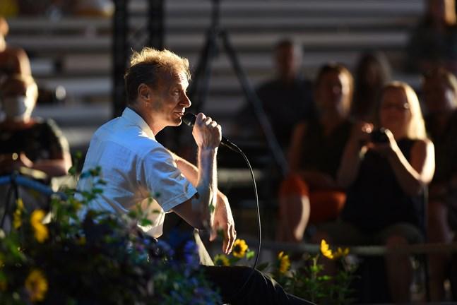 Ismo Alanko uppträdde ensam inför den publik som fanns på plats i Kaustby och den som följde onsdagskvällens konsert via festivalens webbsidor.