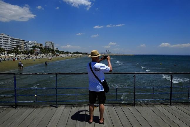 En turist på fotojakt i Larnaca på Cypern. Medelhavsön redovisar nu återigen de högsta siffrorna i EU över nya covid-19-fall per 100000 invånare. Arkivfoto.