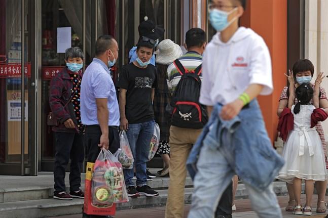 Shoppare i Peking i maj. Detaljhandeln växte i Kina under förra kvartalet.