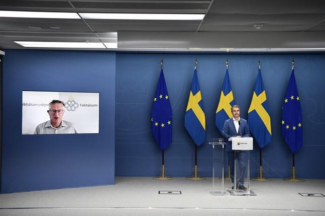 Sveriges näringsminister Ibrahim Baylan (S) gav besked om de ändrade restriktionerna vid en pressträff förra veckan. Statsepidemiolog Anders Tegnell medverkade via länk. Arkivbild.