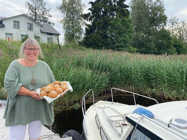 Nedanför Nylunds hus i Åminne är båttrafiken livlig. Siv har tänkt på att erbjuda båtfolket hembakat från bryggan.