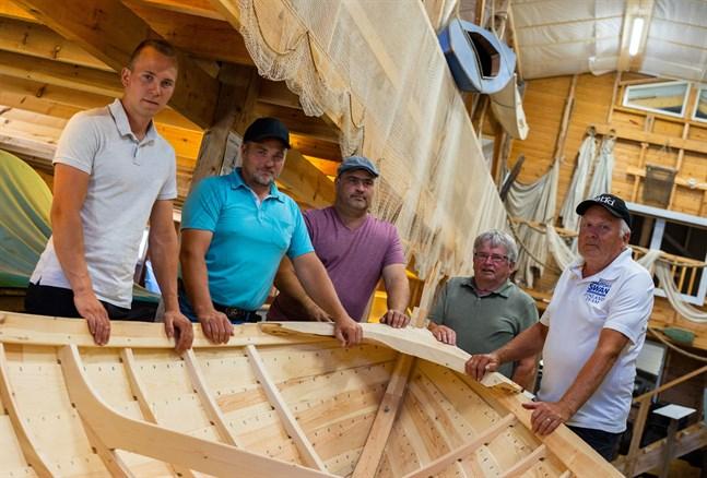 Joel Svenlin, Björn Nyfelt, Joakim Svenfelt, Kurt Björkskog och Ralf Brännbacka är delaktiga i klinkbåtsprojektet.
