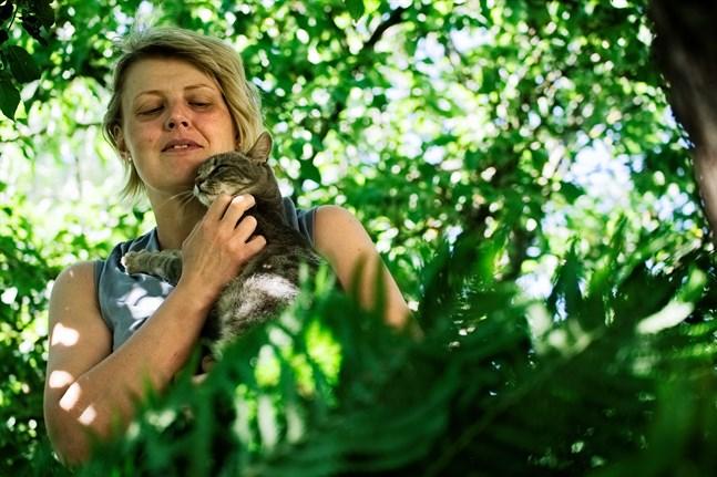 För Johanna Knuts är trädgården avkoppling. En lugn oas där det blir meditativt att plocka stenar och där det finns tid att klia Tigirella bakom örat.