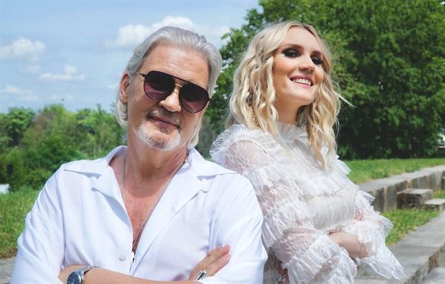 Johnny Logan och Jannike Sandström framför sin nya låt på evenemanget Villa Live i Vasa.