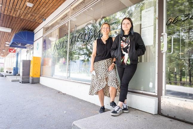 Maria Karp och Michelle Martin utanför frisersalongen Hair House i Gamla Vasa.