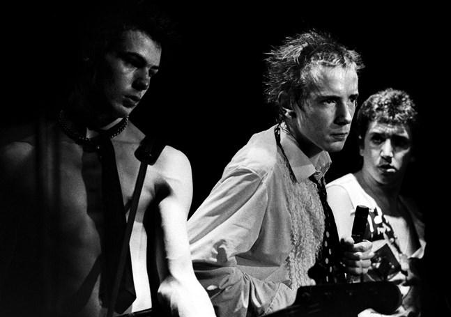 Sex Pistols, med sångaren Johnny Rotten i mitten, vid en spelning i Stockholm 1977. Sid Vicious (till vänster) dog 1979. Arkivbild.