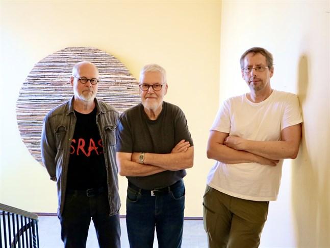 Sture Sunabacka, Sven Svanbäck och Hans G Hästbacka konstaterar att deras verk kommunicerar, men utan att konkurrera.