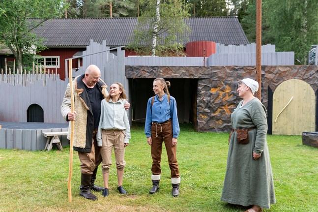 Hubert, den bästa bågskytten (Mats Holm) och duvdrottningen Sofia (Carina Viklund-Östman) är glada över att se Skorpan (Nathalie Riska) och Jonatan (Cajsa Östman) igen.