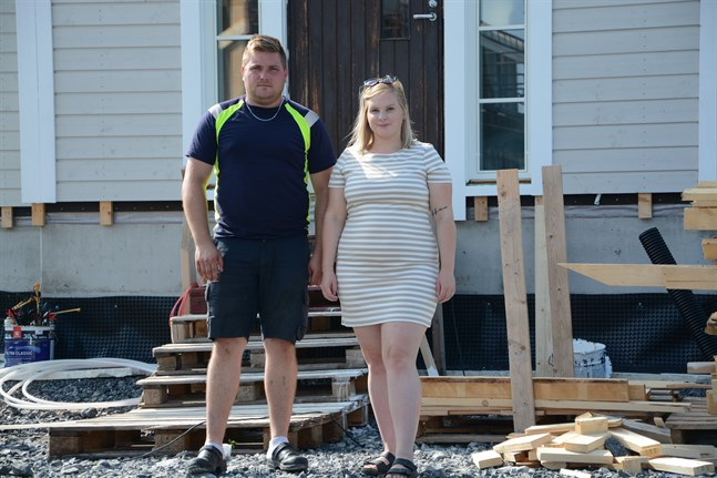 Calle Aspås och Angelica Sjögård bygger hus i Lappfjärd. De har inte ännu märkt av den prishöjning som just nu sker på byggnadsmaterial.