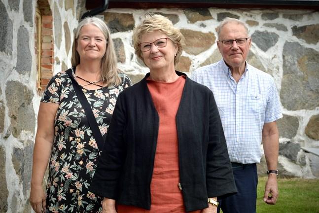 Ann-Marie Lillmåns, Gun Snellman och Richard Sjölund från stiftelsen för Aspegrens Trädgård, som arrangerar allsång vid Rosenlund 25 juli.