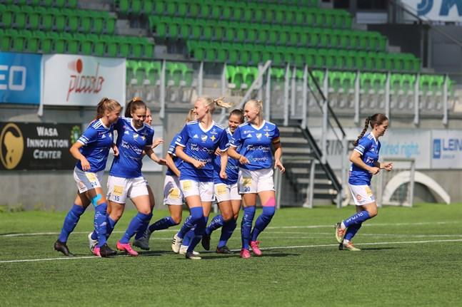 Vasa IFK firar matchens första mål, signerat Amanda Kass, efter fem minuters spel.