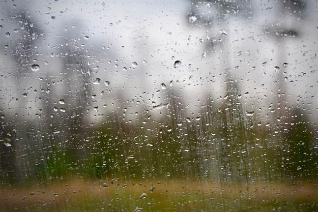 Under söndagen intensifieras skurarna i snabb takt i samband med att de rör sig vidare mot landets östra delar, uppger Meteorologiska institutet.