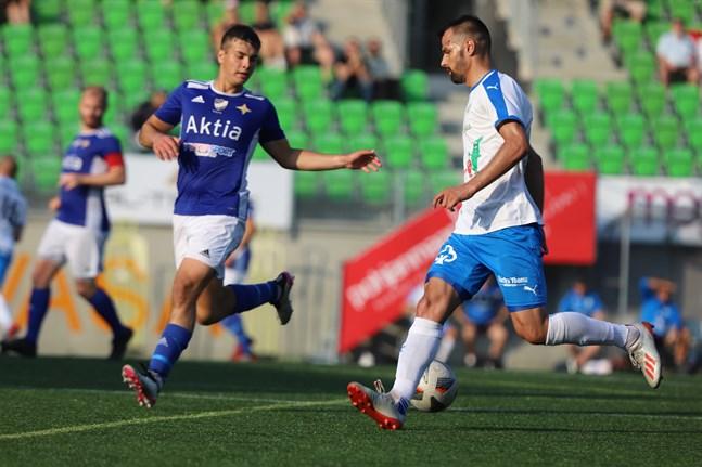 Krafts nyförvärv Samir Isanovic nätade direkt i sin första match för Närpeslaget – ett mål som blev matchavgörande. Här är han i närkamp med VIFK:s Oscar Lindgrén.