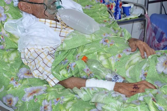 En covidsjuk man på sjukhuset Iben El Jazzar i Kairouan. Arkivbild.