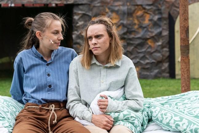 Jonatan (Cajsa Östman) berättar för Skorpan (Nathalie Riska) om Nangijala, en plats vid sagornas och lägereldarnas tid.