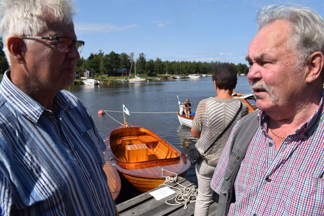 Harry Björk och Göran Lillkåll besökte Träbåtskavalkaden i Gamla hamn. Båten bakom dem är LIllkålls och byggd på Jakobstads båtvarv 2007.