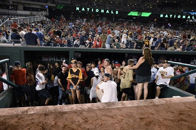 Matchen mellan Washington och San Diego avbröts efter att skottlossning inträffat utanför arenan National Parks i Washington.