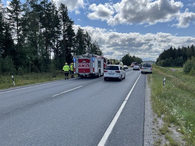 Räddningsverket ryckte ut till en trafikolycka i korsningen av Lövögränd och riksväg 8 i Pedersöre på söndagseftermiddagen.
